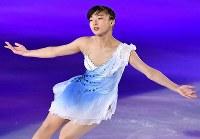 アイスショーで華麗な演技をする坂本花織=丸善インテックアリーナ大阪で2018年7月28日、木葉健二撮影