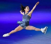 アイスショーで華麗な演技をする宮原知子=丸善インテックアリーナ大阪で2018年7月28日、木葉健二撮影