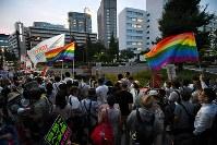 杉田水脈衆院議員のLGBTに関する寄稿について、自民党本部前で抗議する人たち=東京都千代田区で2018年7月27日午後6時58分、宮間俊樹撮影