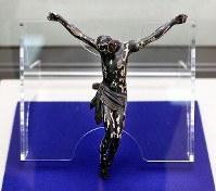 「木製キリスト磔刑像」(複製)=大阪府茨木市の市立キリシタン遺物史料館で、幾島健太郎撮影