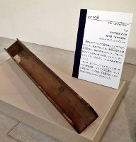民家の屋根裏の梁にくくりつけられていた細長い箱「あけずの櫃」=大阪府茨木市の市立キリシタン遺物史料館で、幾島健太郎撮影