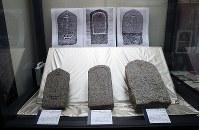 展示されているキリシタンの墓石=大阪府茨木市の市立キリシタン遺物史料館で、幾島健太郎撮影
