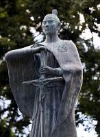 城跡公園に立つ高山右近の銅像=大阪府高槻市で、幾島健太郎撮影