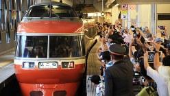 1980年から小田急電鉄の顔として活躍した特急ロマンスカー7000形(愛称LSE)=定期運行最終日の2018年7月10日、東京・新宿の小田急新宿駅で開かれた記念式典、内林克行撮影