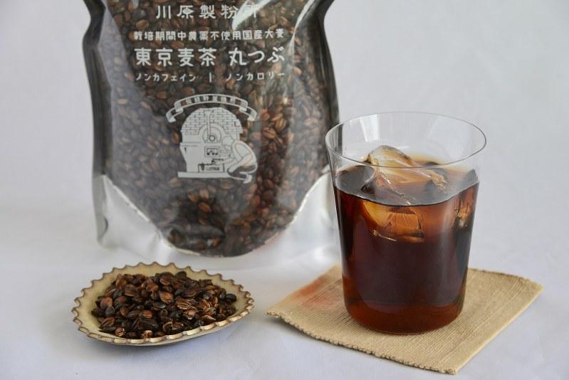 川原製粉所の「東京麦茶」の丸つぶと麦茶=小高朋子撮影