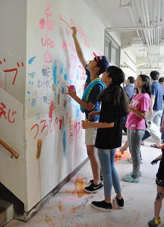福山加茂小住民ら850人最後の思い壁画に 改築前の南校舎 広島