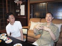 父廣紹さん(右)と話をする霍野廣由さん=福岡県上毛町で、玉木達也撮影