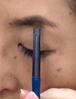 <1>眉頭ではなく中央近くの一番濃い部分から描き始めるのがコツ