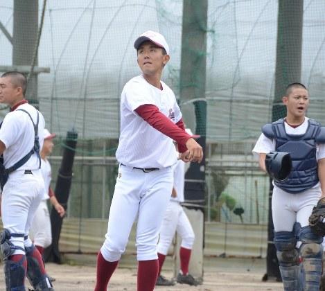 練習でノックを打つ唐津工副部長の副島浩史さん=生野貴紀撮影