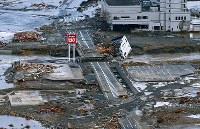 東日本大震災の津波で壊滅的な被害を受けた岩手県陸前高田市の旧市街地。中央左がガソリンスタンド「オカモトセルフ陸前高田」の看板=2011年3月12日、本社機から貝塚太一撮影