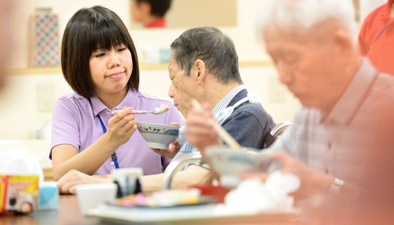 介護施設で食事をとる利用者=兵庫県尼崎市で2014年7月、山崎一輝撮影