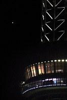 地球に「大接近」した火星(左上)。右は東京スカイツリーの天望回廊=東京都台東区で2018年7月31日午後8時42分、丸山博撮影