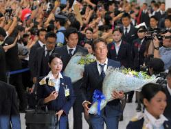ロシアW杯で大活躍、帰国時、サポーターに大歓迎される西野朗監督(右)と日本代表の長谷部誠主将