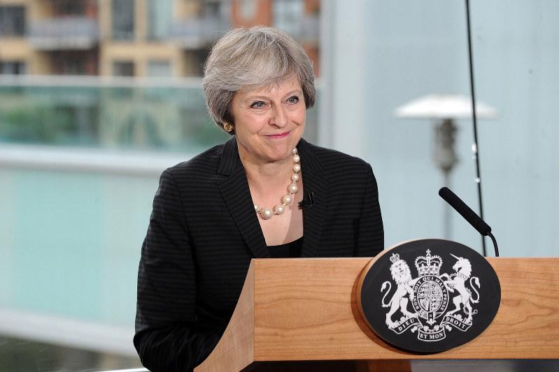 国内調整に苦慮する英国のメイ首相(Bloomberg)