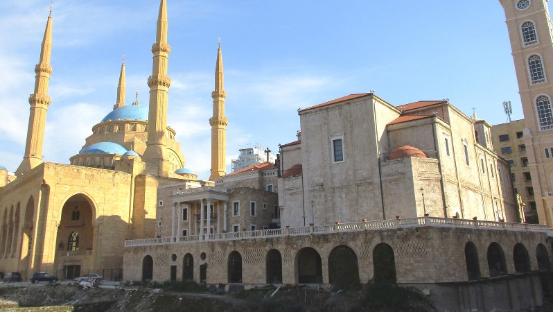 左はモスク、右はキリスト教・マロン派の教会、手前は古代遺跡。レバノンを象徴する光景(写真は筆者撮影)