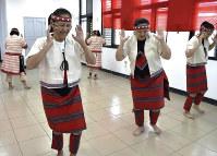 先住民タイヤル族伝統の踊りを披露する寒渓村の女性たち=台湾北東部・宜蘭県寒渓村で2018年5月11日午前9時34分、福岡静哉撮影