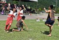 村の運動会で、タイヤル族の衣装で踊りを披露する寒渓村の子供たち。村ではタイヤル族の伝統を大切にしている=台湾北東部・宜蘭県寒渓村で2018年6月9日午前9時9分、福岡静哉撮影