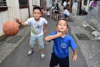 道路で遊ぶ寒渓村の子供たち。子供たちの会話は中国語が多く、ニホンゴ(宜蘭クレオール)はあまり話さない=台湾北東部・宜蘭県寒渓村で2018年5月22日午後5時7分、福岡静哉撮影