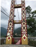 寒渓村中心部にかかる吊り橋には、タイヤル族の伝統的な意匠が施されている=台湾北東部・宜蘭県寒渓村で2018年5月11日午後1時24分、福岡静哉撮影