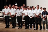 第100回全国高校野球選手権記念大会の組み合わせ抽選会で選手宣誓を引き当てた近江の中尾雄斗主将(前列左から3人目)=大阪市北区のフェスティバルホールで2018年8月2日、小出洋平撮影