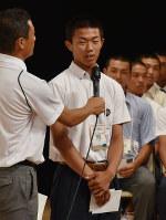 第100回全国高校野球選手権記念大会の組み合わせ抽選会で選手宣誓を引き当て、意気込みを話す近江の中尾雄斗主将(中央)=大阪市北区のフェスティバルホールで2018年8月2日、平川義之撮影