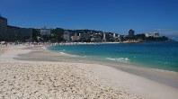 白い砂浜が広がる白良浜海水浴場=和歌山県白浜町で2018年7月22日午前9時45分