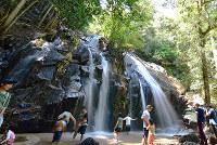 岩を縫い落ちる水が涼を与えてくれる「金引の滝」=京都府宮津市で、川平愛撮影
