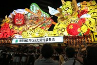 A giant float parades through the streets of Aomori while participants are encouraged by spectators during the Aomori Nebuta Festival on Aug. 2, 2018. (Mainichi)
