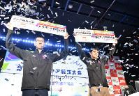 日本代表選考会を終えて「ウイニングイレブン2018」の代表に選出され写真撮影に応じる杉村選手(ソフィア=左)と相原選手(レバ)=東京都豊島区で2018年5月27日、宮間俊樹撮影