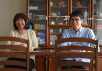 「(ウイイレは)日本の中で勝ち抜くのが一番難しいのでまさかこの子が勝てるとは。大学生で一番時間のある時だったからラッキーでしたね」と笑顔で話す杉村選手(ソフィア)の母・廣子さんはネット配信で試合観戦しているという。6月18日の大阪北部地震では食器棚から食器が飛び出したため、扉が開かないようにロープで留めていた=大阪府吹田市で2018年7月6日、宮間俊樹撮影
