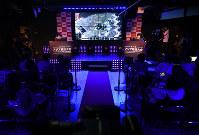 宇宙で部隊の指揮官となり戦いを繰り広げ領地拡大するオンラインゲーム「StarCraftⅡ:Legacy of the Void(スタークラフト2レガシー・オブ・ザ・ヴォイド)」の日本代表選考会の様子。観客は入れずに報道関係者が競技を見守った=東京都豊島区で2018年5月27日、宮間俊樹撮影
