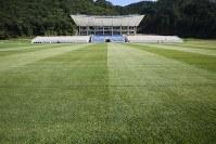 色鮮やかな天然芝が広がる釜石鵜住居復興スタジアムのグラウンド=岩手県釜石市で2018年8月3日午後3時27分、喜屋武真之介撮影