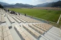 色鮮やかな天然芝が広がる釜石鵜住居復興スタジアムのグラウンド。スタンドには真新しい木製の座席が並ぶ=岩手県釜石市で2018年8月3日午後3時19分、喜屋武真之介撮影