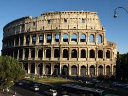 古代ローマ市民に提供された「パンとサーカス」の舞台となった円形闘技場、コロッセオ(筆者提供)