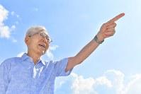 夏空の下で平和への思いを語る児童文学作家の那須正幹さん=山口県防府市で7月24日