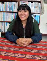 笑顔を見せる劉紹萱さん。大学卒業後は小学校で教師として活躍している=台湾花蓮県の東華大学で