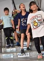 とびきりの笑顔を見せる澳花小学校の児童たち=台湾北東部・宜蘭県澳花村で2018年5月23日午前11時13分、福岡静哉撮影
