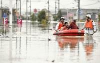 【直後】ゴムボートで救助される住民ら=岡山県倉敷市真備町で2018年7月7日、望月亮一撮影