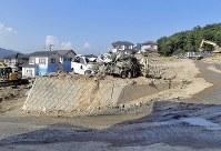 【1カ月後】大量の土砂が襲った住宅地では傾いた家が撤去された=広島県熊野町で2018年8月3日、徳野仁子撮影