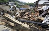 【直後】土砂で押し流され倒壊した住宅を見回る住民=広島県呉市で2018年7月8日、小出洋平撮影