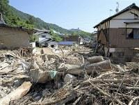 【1カ月後】流木や土砂が残る住宅地=広島県呉市で2018年8月2日、小川昌宏撮影