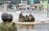 【直後】孤立していた病院からボートで救助される人たち=岡山県倉敷市真備町地区で2018年7月8日、望月亮一撮影