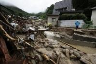 【直後】土砂で押し流され倒壊した住宅地=広島県呉市で2018年7月8日、小出洋平撮影