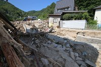 【1カ月後】土砂や流木が残る住宅地=広島県呉市で2018年8月2日、小川昌宏撮影