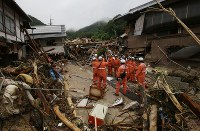 【直後】押し流され倒壊した民家を捜索する消防隊員=広島県呉市で2018年7月8日、小出洋平撮影