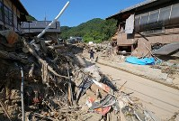 【1カ月後】1カ月後の被災した住宅地=広島県呉市で2018年8月2日、小川昌宏撮影