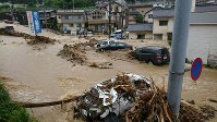 【直後】道路には濁流があふれ、大破した車も流されていた=広島市安芸区で2018年7月7日、東久保逸夫撮影