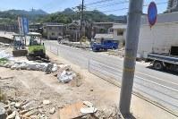 【1カ月後】大破した車が電柱に引っかかり、濁流があふれていた道路=広島市安芸区で2018年8月3日、徳野仁子撮影