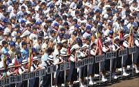 第100回全国高校野球選手権記念大会の開会式リハーサルでグラウンドで水を飲む選手たち=阪神甲子園球場で2018年8月4日午前9時24分、平川義之撮影