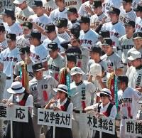 第100回全国高校野球選手権記念大会の開会式リハーサルでグラウンドで水を飲む選手たち=阪神甲子園球場で2018年8月4日午前9時24分、小出洋平撮影